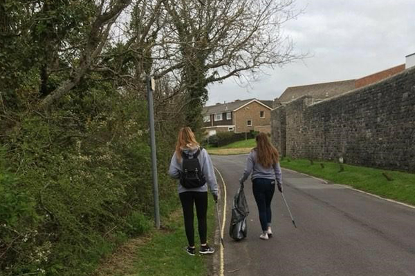 Students in Beach Clean Up